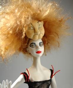 המציגה אינה סוניה הבובה.  מוצג בתערוכה