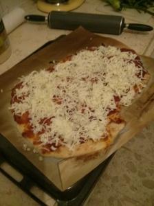שלב הביניים של הפיצה. בקרוב יהיה פה טעים.
